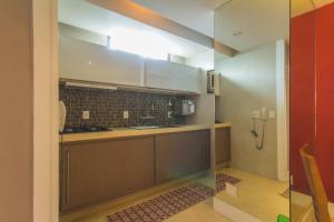 A cozinha ou cozinha compacta de Flat aconchegante (Barra)