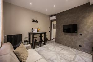 Uma TV ou centro de entretenimento em Castle Apartment near Duomo