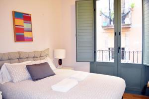 Una cama o camas en una habitación de Barcelona Mercaders Apartments