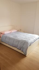 Una cama o camas en una habitación de Piso bien comunicado 23 min Sol 15 min Atocha