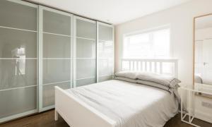 سرير أو أسرّة في غرفة في High End Apartments