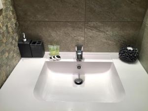 Um banheiro em Appartement moderne 4p hypercentre de nice