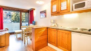 مطبخ أو مطبخ صغير في Vacancéole - Résidence Les Chalets et Balcons De La Vanoise