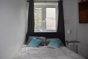 מיטה או מיטות בחדר ב-Modern and Homely 2 Bed Flat in Whitechapel