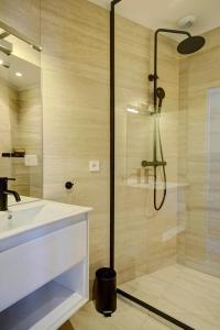 حمام في Apartments Du Louvre