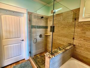 Um banheiro em Beach Bunkhouse Home