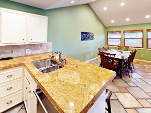 Una cocina o kitchenette en Four-Bedroom Lakeway Waterfront House