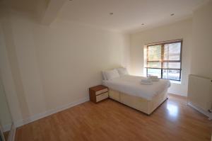 سرير أو أسرّة في غرفة في Central Comfort Apartments
