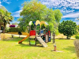 Zona de juegos para niños en Bungalows Papalus