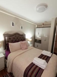 سرير أو أسرّة في غرفة في YONED'S APARTAMENTS