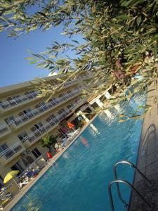 A piscina localizada em Sunquest Gardens Holiday Resort ou nos arredores