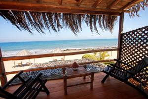 Hoja De Palma Bungalows Canoas De Punta Sal Hotel Videos