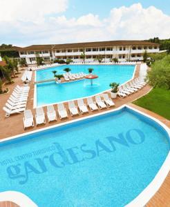 Profughi bangladesi in hotel con piscina a verona foto - Hotel con piscina verona ...