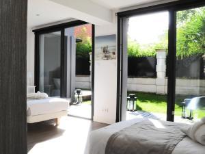 Giường trong phòng chung tại Le charme de Bordeaux