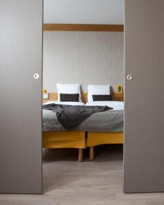 سرير أو أسرّة في غرفة في أداغيو باريس 15 للشقق الفندقية بخدمة ذاتية