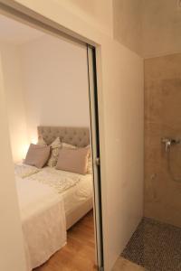 מיטה או מיטות בחדר ב-Moderne Stadtwohnung mit Balkon