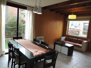 Un restaurant u otro lugar para comer en La Cascada Duplex