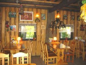 Un restaurant u otro lugar para comer en Czarci Młyn