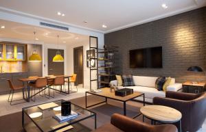 הלאונג' או אזור הבר ב-Midtown Apartments
