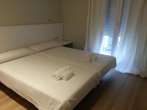 سرير أو أسرّة في غرفة في Four Petals Barcelona Boutique Apartments