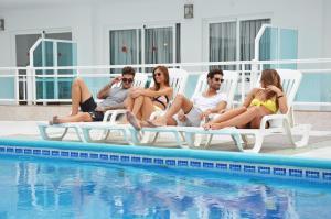 בריכת השחייה שנמצאת ב-Apartamentos Playa Sol I או באזור