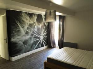 Cama ou camas em um quarto em DDay Holiday Home near Bayeux