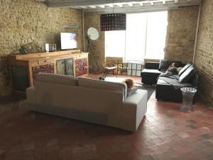 Uma área de estar em DDay Holiday Home near Bayeux