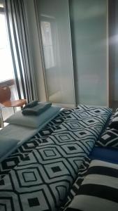 Giường trong phòng chung tại Jurata Apartment