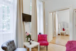 Uma área de estar em Prague Siesta Apartments