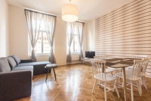 O lounge ou bar de Mighty Prague Apartments Stepanska