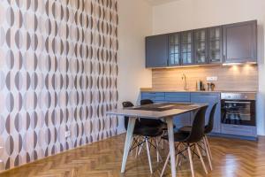 A cozinha ou cozinha compacta de Mighty Prague Apartments Stepanska