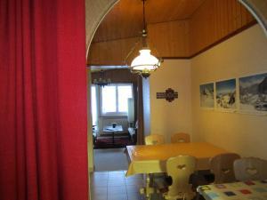 מסעדה או מקום אחר לאכול בו ב-Chalet Wättertanna