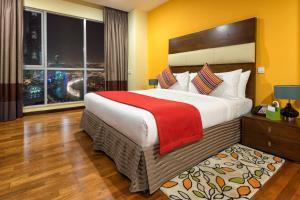 Una cama o camas en una habitación de Ramada Downtown Dubai