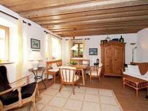 مطعم أو مكان آخر لتناول الطعام في Farm stay Rohrberghof 2