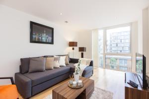 Uma área de estar em Modern Riverside Apartment Greenwich