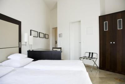 burns art hotel dusseldorf germany. Black Bedroom Furniture Sets. Home Design Ideas
