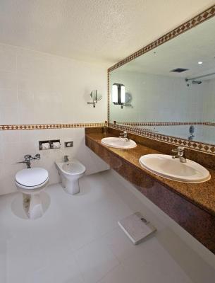 Hotel hilton nairobi kenya for Bathroom decor nairobi