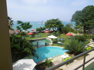 Hotel kabic beach club cotterelle haiti for Garden pool haiti