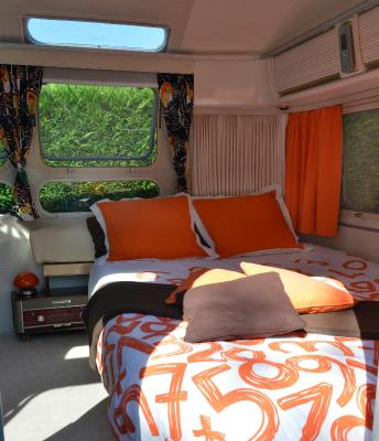 b b chambres d 39 h tes caravane airstream am ricaine 1976 les sorini res france. Black Bedroom Furniture Sets. Home Design Ideas