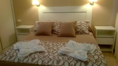 Una cama o camas en una habitación de Lom Suites