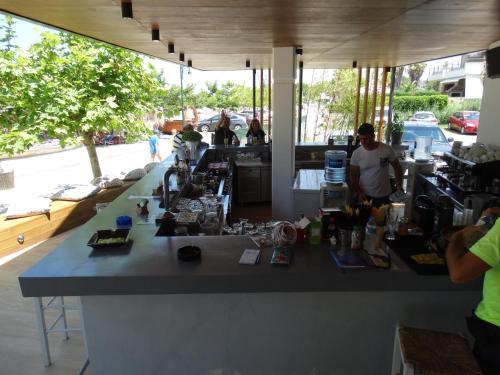 Un restaurant u otro lugar para comer en Hotel Rigakis