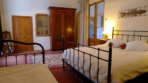 מיטה או מיטות בחדר ב-The Riverside Gites