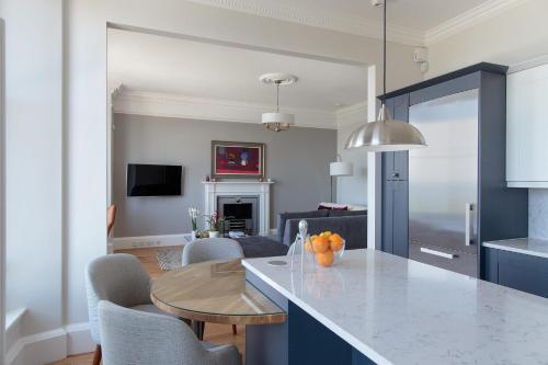 Nhà bếp/bếp nhỏ tại 30B The Scores - 2018 luxury sea view apartment
