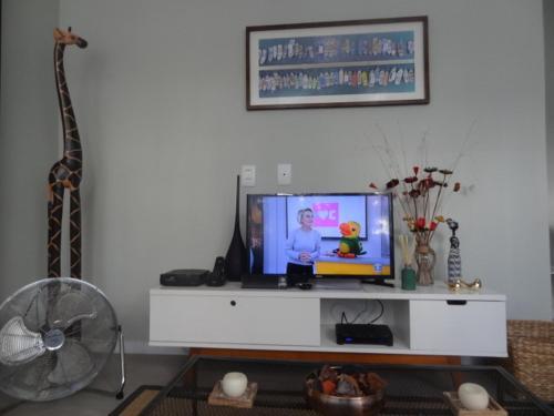 Uma TV ou centro de entretenimento em LOFT aconchegante e agradavel