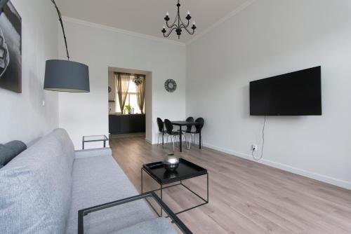 Uma TV ou centro de entretenimento em Rehorova apartment