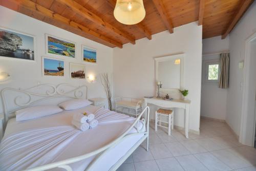 Cama ou camas em um quarto em Amorgion Hotel