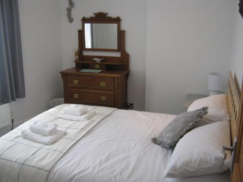 Una cama o camas en una habitación de Drovers Cottage