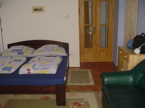 Una cama o camas en una habitación de Azúr Apartman