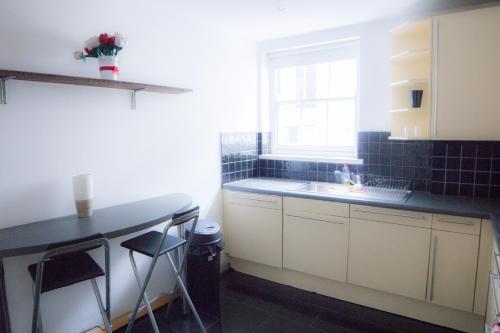 "A cozinha ou cozinha compacta de Paddington Gorgeous ""Mews House"" in Central London"