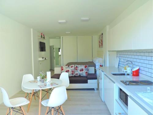 A cozinha ou cozinha compacta de Cerca de Todo ARG
